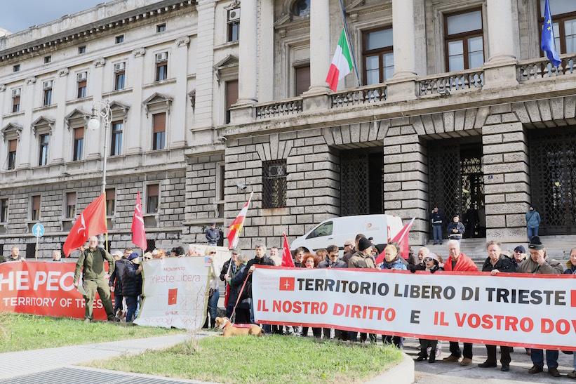 Manifestazione-tribunale-Trieste-10-2-2016